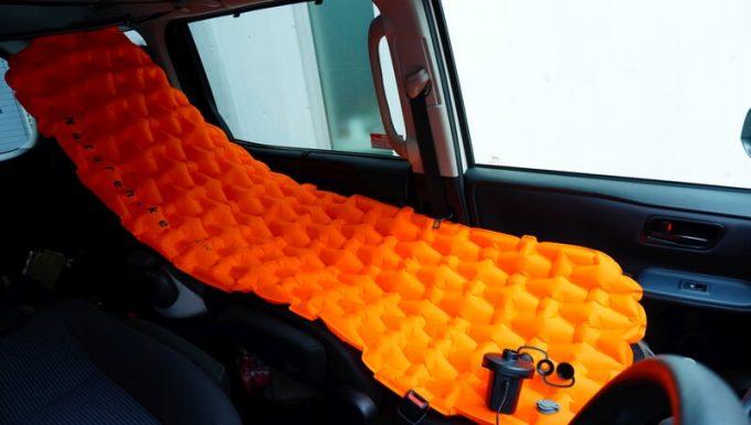 車内で電動エアーポンプを使ってマットを膨らませる