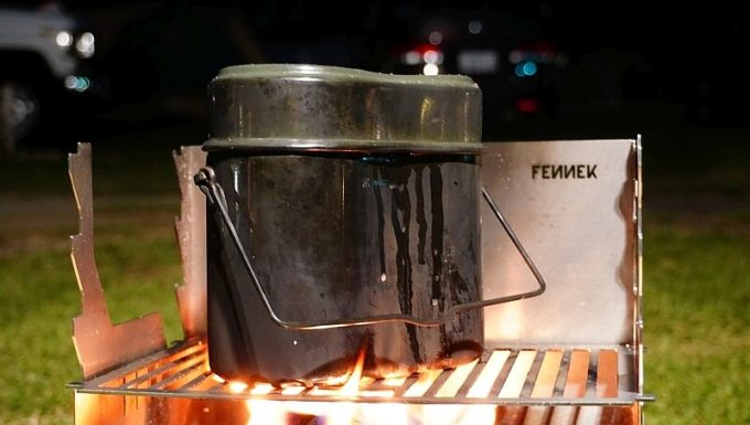 フェネック グリルで飯盒炊爨