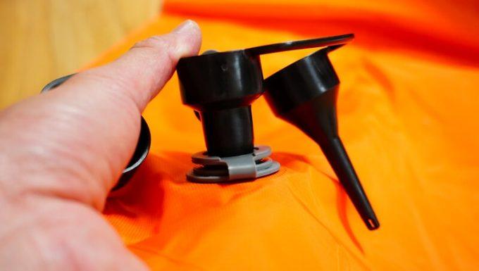 加工した電動エアーポンプのノズルがエアーマットにフィット