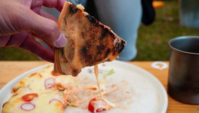 薪ストーブ BLISSで焼いたピザの裏はこんがり