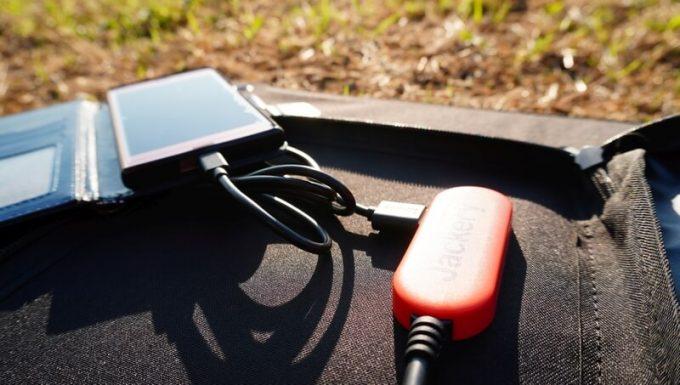 Jackeryのソーラーパネル(SolarSaga100)でスマホを充電