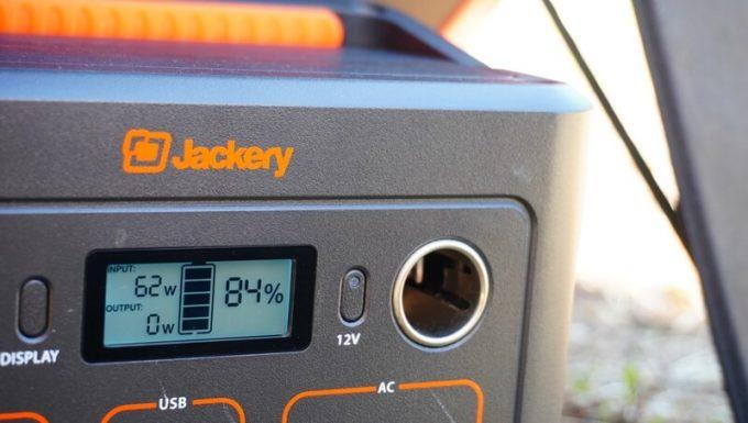 Jackeryのソーラーパネル(SolarSaga100)でJackery400を充電中