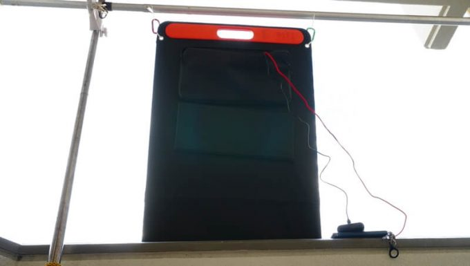 Jackeryのソーラーパネル(SolarSaga100)でJackery700を縦にして充電中