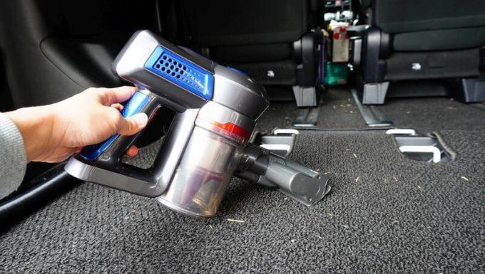 コードレスサイクロン掃除機(CYC001)で車内を掃除1