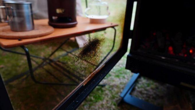 薪ストーブ BLISSで吹きこぼれで汚れた窓