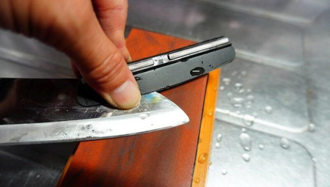 角度固定ホルダーを使って刃先を研ぐ
