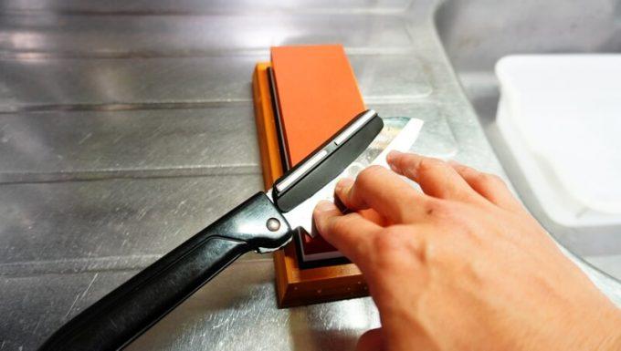 角度固定ホルダーを使って刃物を研ぐ
