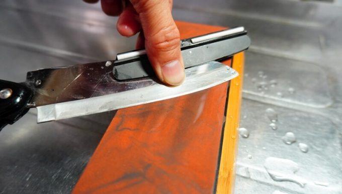 角度固定ホルダーを使って刃物の先を研ぐ