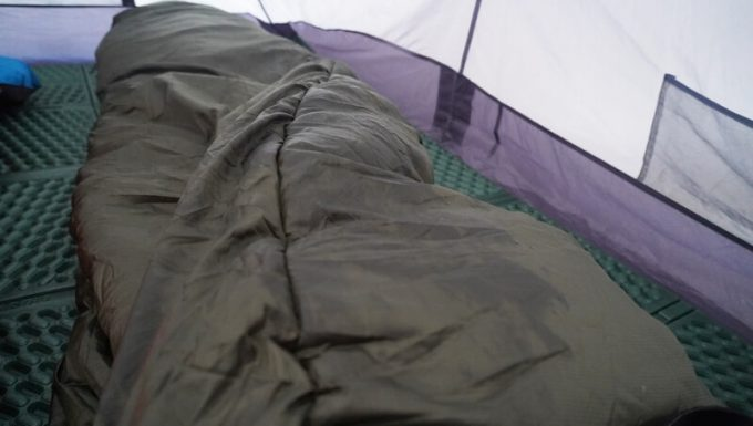 結露で濡れた寝袋