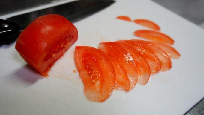 NESHEXSTの砥石セットで研いだ刃物スライスしたトマト
