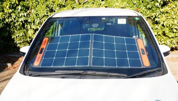 Jackeryのソーラーパネル(SolarSaga100)で充電 車内