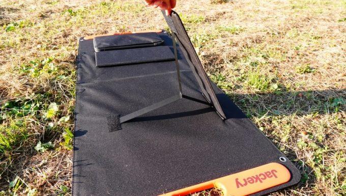 Jackeryのソーラーパネル(SolarSaga100)の足