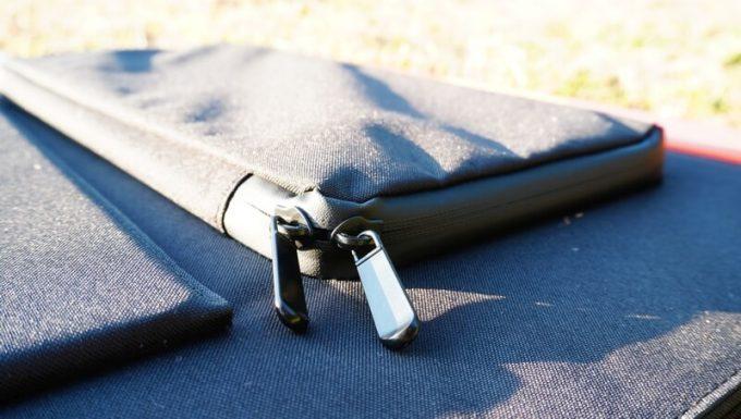 Jackeryのソーラーパネル(SolarSaga100)のポケットは止水ファスナー