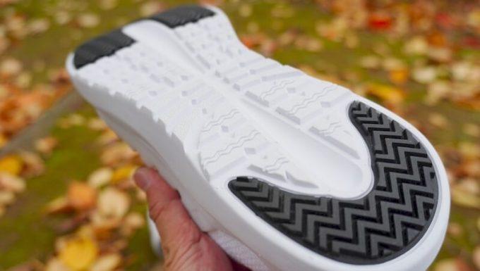 V-TEXニットスニーカーの靴底の凹凸