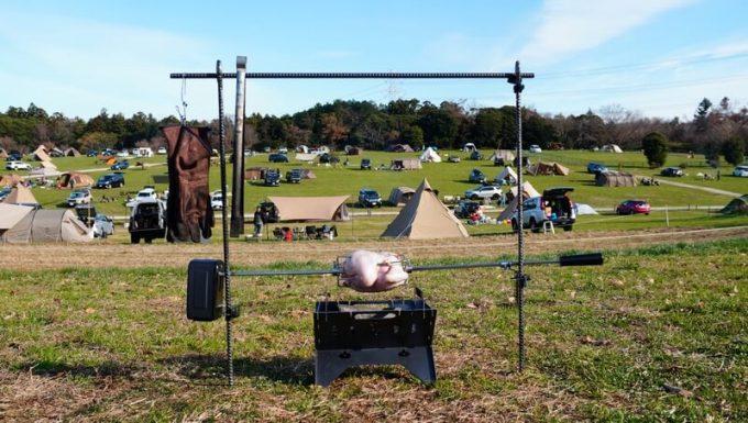 キャンプでロティサリーでチキンを焼く
