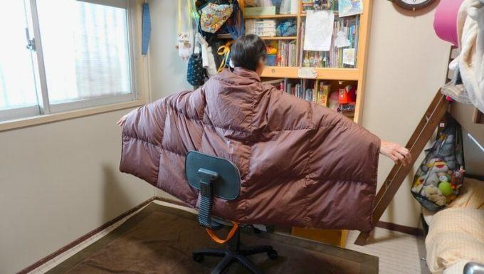 ウルトラダウンブランケットを椅子で羽織って使う