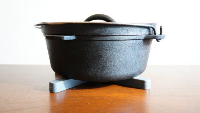 折りたたみ式耐熱シリコン鍋敷にダッチオーブンを乗せる