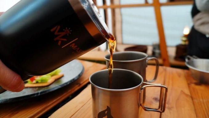 マスターマインド コールドブリュー タンプラーで水出しコーヒーを淹れる手順 コーヒーを注ぐ