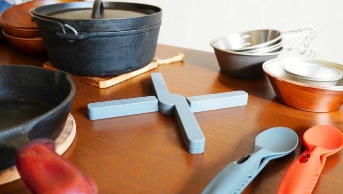 折りたたみ式耐熱シリコン鍋敷とキャンプの調理器具