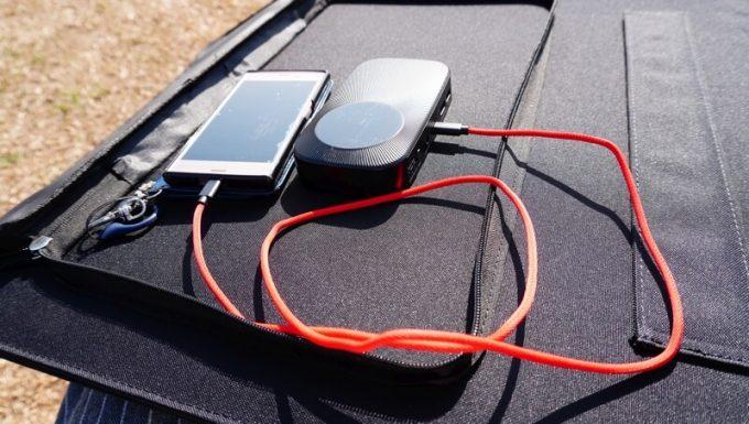 BigBlueソーラーパネル120Wでスマホを充電