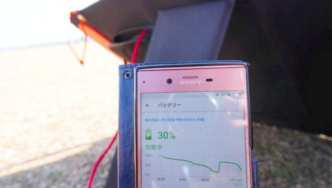 SolarSaga 60 Proでスマホを充電中
