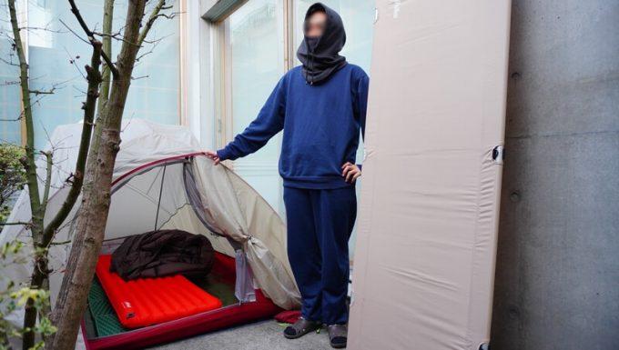 庭キャンプのテント前