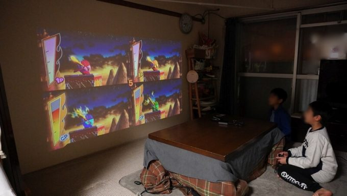 ミニスマートプロジェクターでゲーム 前室 電気点灯