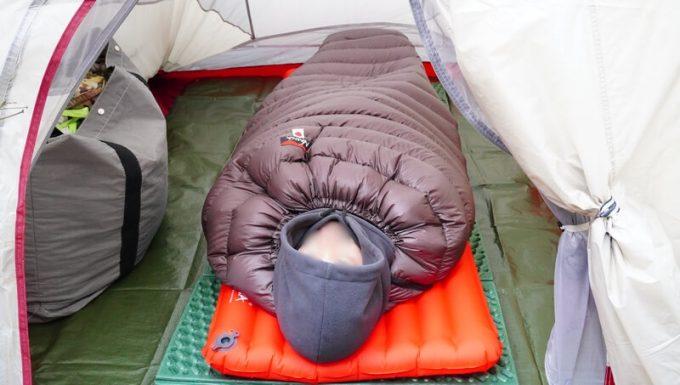 ナンガ(NANGA)の封筒寝袋に頭を出して寝る