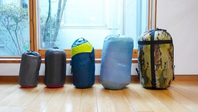 ナンガ(NANGA)の封筒寝袋とエアマットの収納サイズを比較