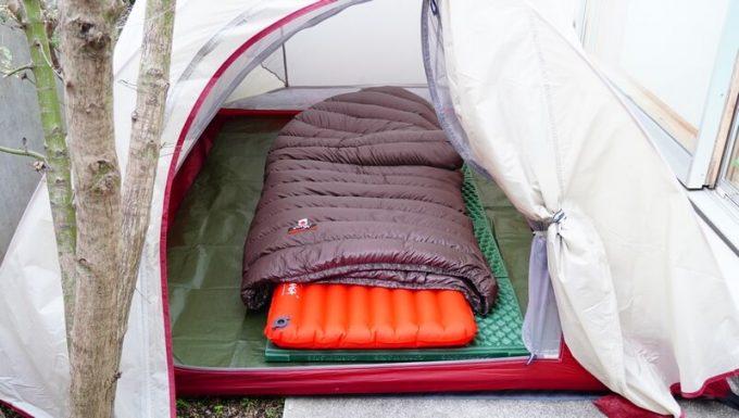 ナンガ(NANGA)の封筒寝袋とエアマットをテントで使う