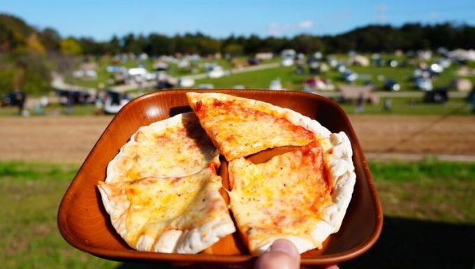 ピザの盛りつけ
