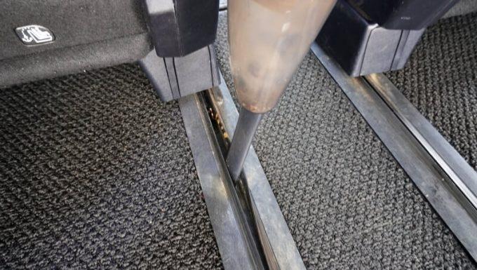 ビアンカプラス(bianca)のハンディクリーナーのノズルで隙間を掃除