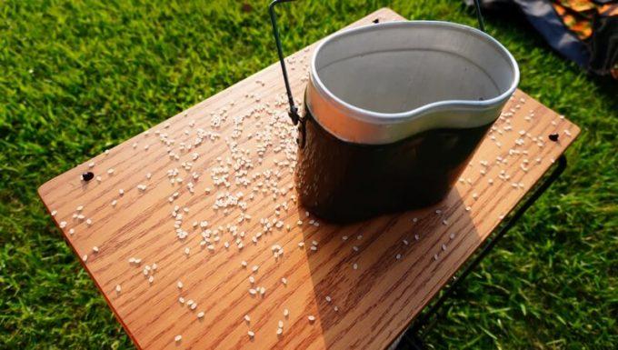 飯盒で米をこぼす