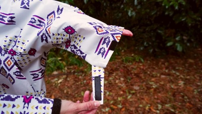 Kiuレインポンチョ 袖のマジックテープ