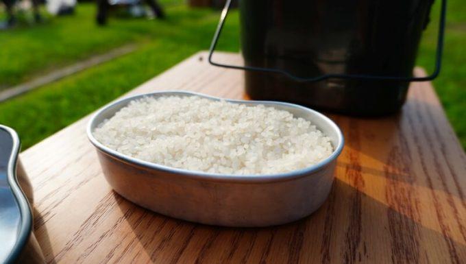 飯盒炊飯 内蓋にすり切れ1杯は2合分の量