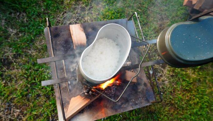 飯盒炊飯 蓋を開けて炊き具合を確認する