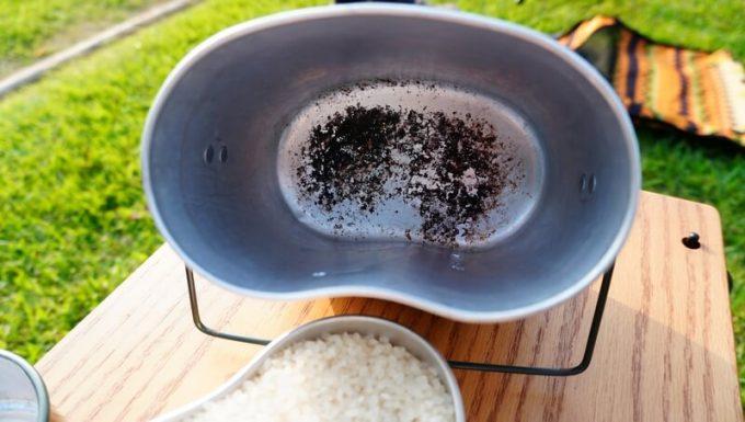 飯盒炊飯 内底の焦げ