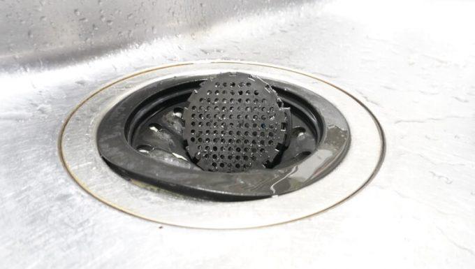 エアロプレスゴーのフィルターキャップ(チャンバーキャップ)は排水口が菊ゴムに入る様子
