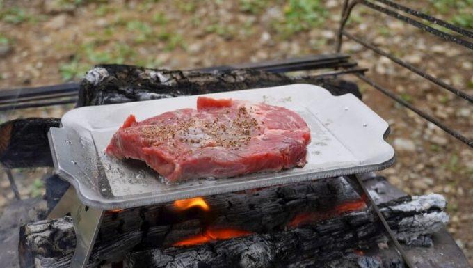 モジュラーグリルプレートでステーキを焼く