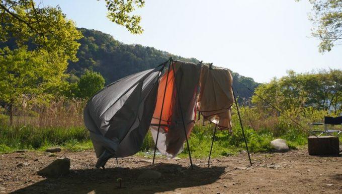 SINANO WORKSの焚き火ハンガーSNIPE HANGERでテントを干す