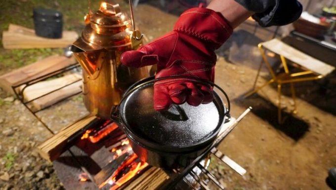 アウトドア手袋 Elmer Joy ダッチオーブンを持つ