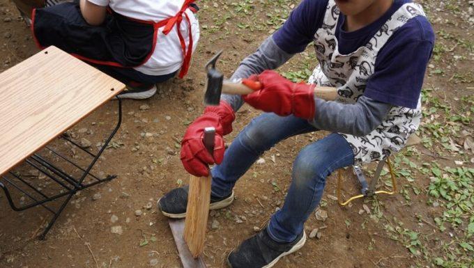 アウトドア手袋 Elmer Joy 子供が薪割り