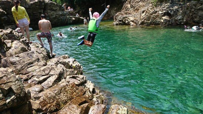 川に飛び込み 幼児