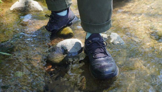 KEEN テンポ フレックス WP 川を歩く
