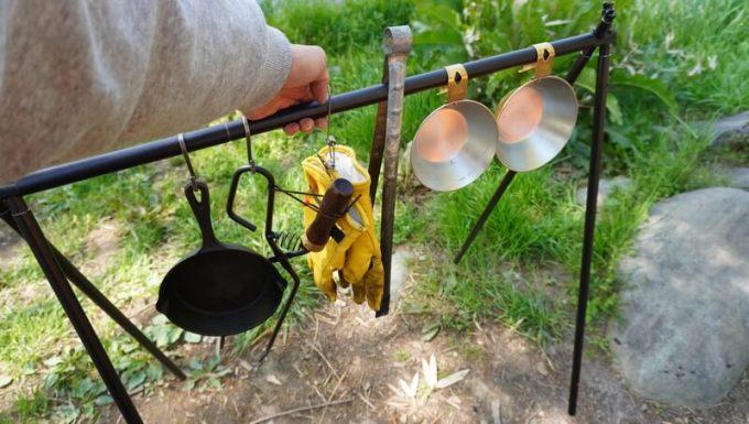 SINANO WORKSの焚き火ハンガーSNIPE HANGER 物を掛けたまま移動できる