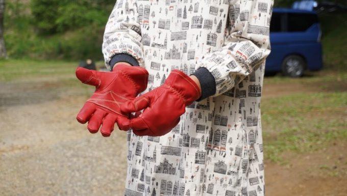 アウトドア手袋 Elmer Joy をつける