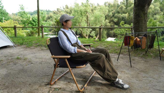 Naturehikeダブルフォールディングチェアに大人が座る