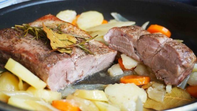 WeberのQフライパンで豚肩ロース肉の煮込み