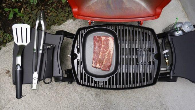 Weberのアクセサリ Qフライパンでステーキ