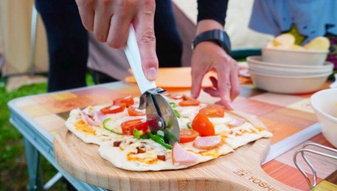 YOSHIKI 良木工房 竹製ピザボードでピザを切る